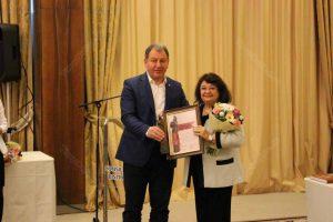 Ceremonia de acordare a titlului de Cetăţean de Onoare. Cleopatra Lorinţiu alături de radu Moldovan, Preşedintele Consiliului Judeţean Bistriţa -Năsăud