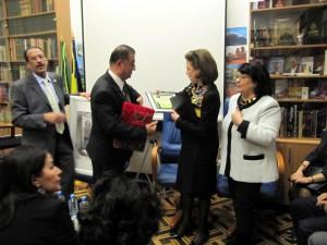 dl. Dirar Kutaini oferind diploma CCERPA d. Harrati in stinga E.S. amb Faous Al Aschachabi