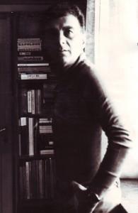 Gheorghe Tomozei in biblioteca sa din Bucureşti, strada Clucer Udricani