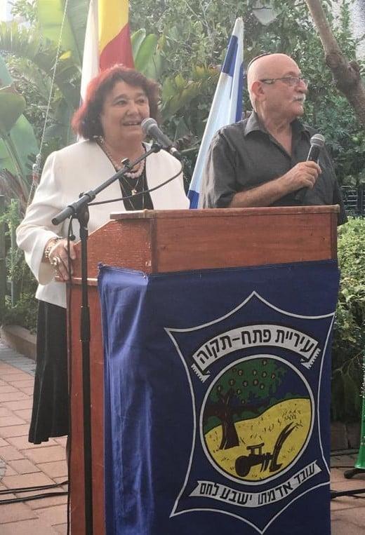Petah Tikva, strada Rama, Cartierul Kiriat Matalon pe aleea de lângă monumentul victimelor de pe vasul scufundat ,Mefkure. Cu domnul Moni Seinsteind, președintele filialei HOR Petah Tikva.